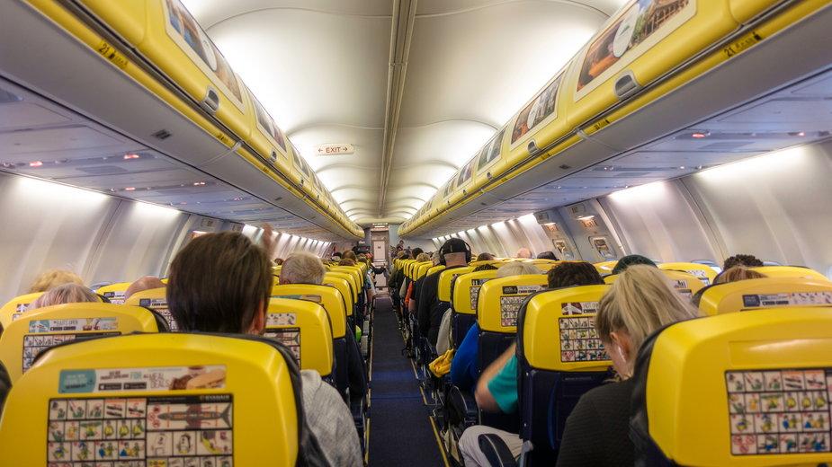 Ryanair: pijany pasażer odgryzł kawałek ucha siedzącemu obok mężczyźnie