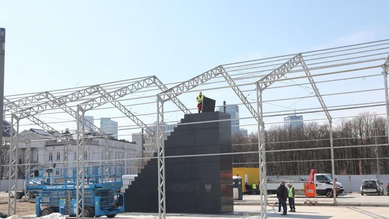 Pomnik stanął na placu Piłsudskiego, przejętego od miasta przez wojewodę mazowieckiego.