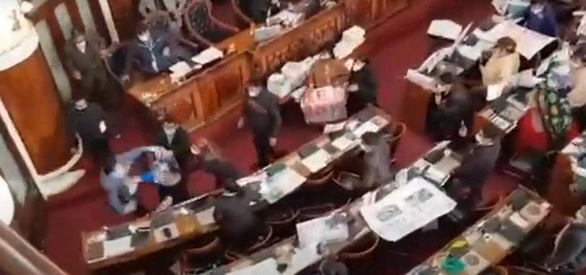 Bójka w parlamencie. Posłom puściły nerwy. FILM