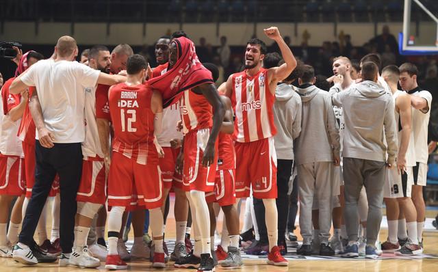 Košarkaši Crvene zvezde slave pobedu nad Partizanom