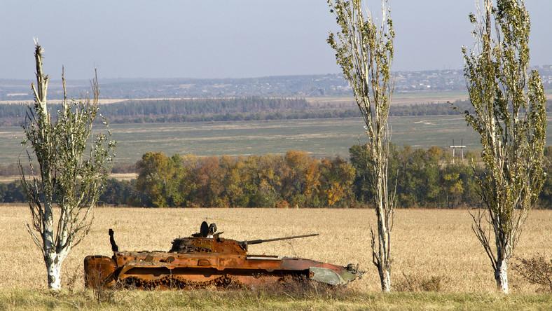 Donbas, Ukraina. Spalony transporter opancerzony