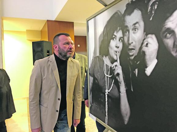 """Nenad Jezdić, prvi dobitnik nagrade """"Mija Aleksić - biti glumac"""", pogledao je istoimenu izložbu u kulturnom centru u Gornjem Milanovcu"""