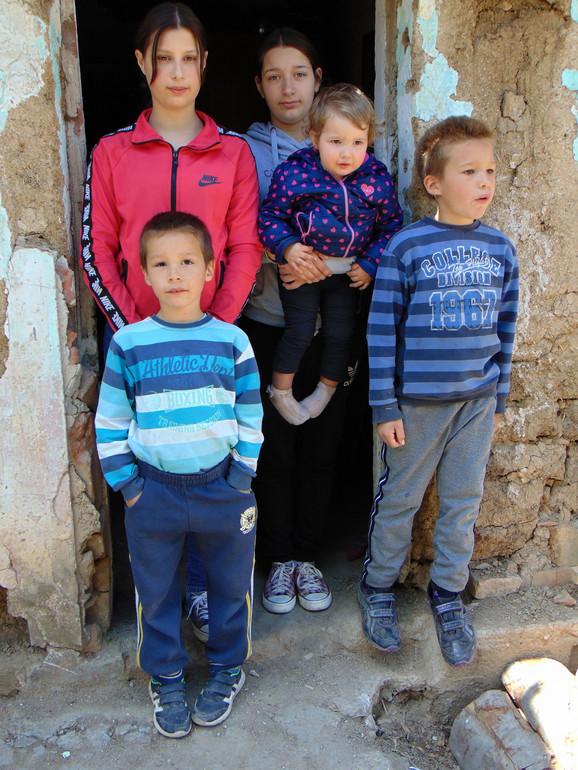 Iz ove udžerice Marija (14), Miljana (13), Marko (8) i Ksenija (2) uskoro se sele u novu kuću