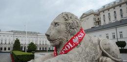 Nawet lew przed Pałacem Prezydenckim kibicuje naszym!
