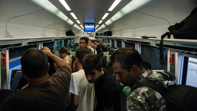 Imigranci dostali się do jednego ze składów w kierunku stolicy Austrii, Wiednia. Węgierski dziennikarz Andras Desi powiedział IAR, że pociąg wyjechał z Budapesztu wczesnym rano i niemal pękał w szwach. Sytuacja jest zmienna i dynamiczna - dodał Desi.