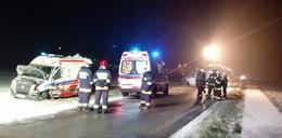 Karetka zderzyła się z busem. Trzy osoby ranne