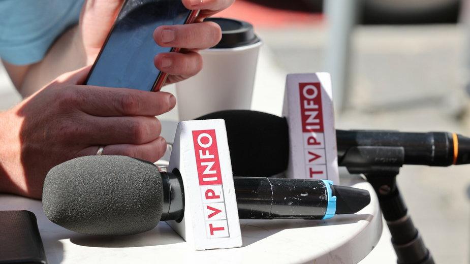 Mikrofon z logo TVP Info