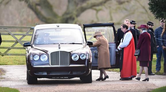 Kraljica ide na jutarnju misu u crkvi