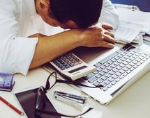 W pracy biurowej mamy do czynienia z wieloma zagrożeniami dla zdrowia. Można im zapobiegać