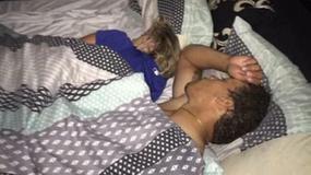 Wrócił do domu i zobaczył dziewczynę w łóżku z innym facetem. Zrobił zdjęcia i opublikował na Facebooku