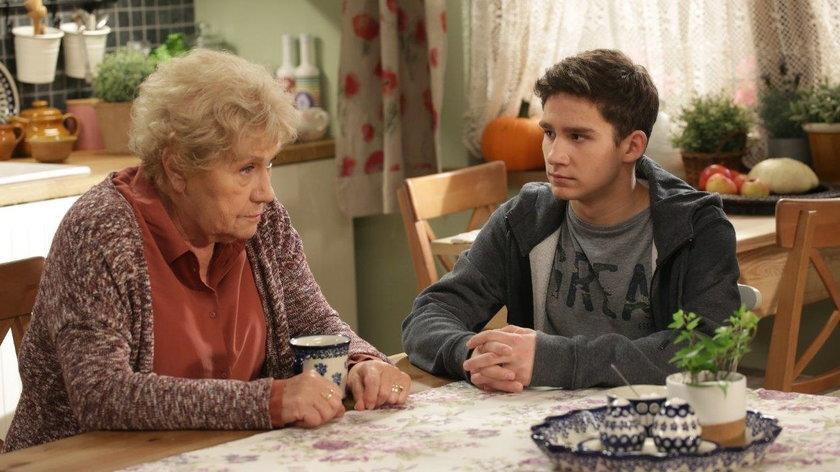 """""""M jak miłość"""". Barbara wciąż wierzy, że Mateusz żyje. Czy wnuk ma tatuaż na dłoni?"""