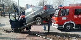 Kierowca dostał ataku padaczki. Skosił słup na Łagiewnickiej