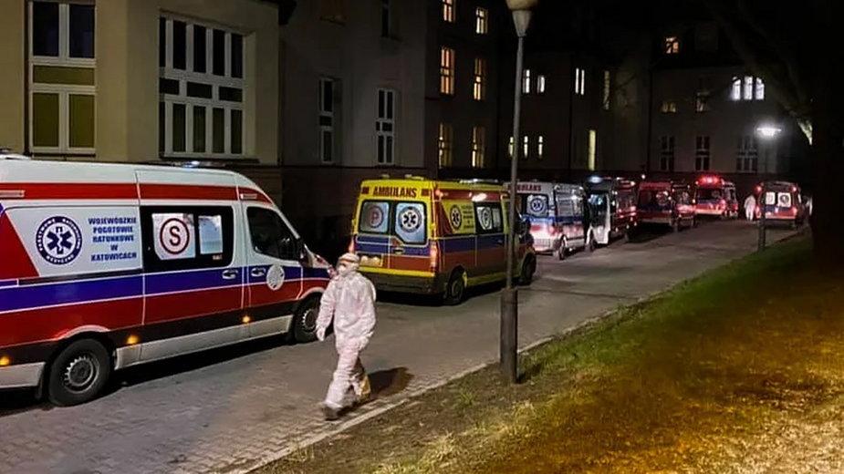 Koronawirus: Sznur karetek przed szpitalem w Zabrzu