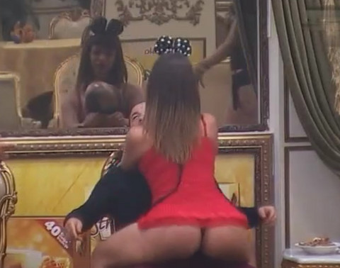 Miljana je totalno van kontrole: Simulirala seks dok joj je sevala GOLA GUZA! VIDEO