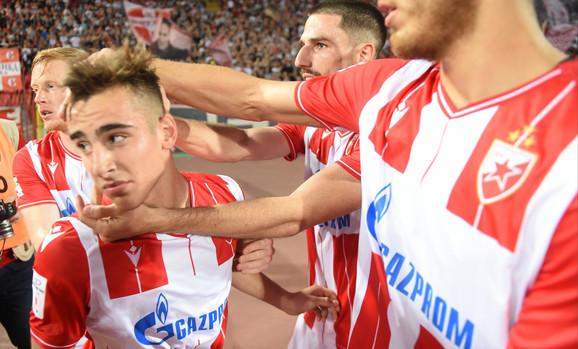 Saigrači čestitaju Andriji Raduloviću na debitanstkom golu za FK Crvena zvezda, protiv Radnika