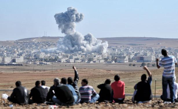 """Putin """"uważa amerykańskie ostrzały (rakietowe) w Syrii za agresję przeciwko suwerennemu państwu z naruszeniem norm prawa międzynarodowego, i to pod zmyślonym pretekstem"""" - powiedział Pieskow."""