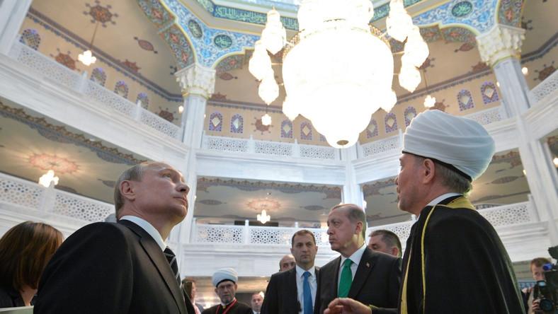 Na ceremonii, oprócz Władimira Putina, obecny był prezydent Turcji Tayyip Erdogan. Ankara sfinansowała część kosztów budowy świątyni. Do Moskwy z tej okazji przybyli przedstawiciele krajów muzułmańskich: Arabii Saudyjskiej, Iranu, Jordanii, Azerbejdżanu, Kazachstanu, Kirgistanu, Tadżykistanu, Turkmenistanu i Uzbekistanu.