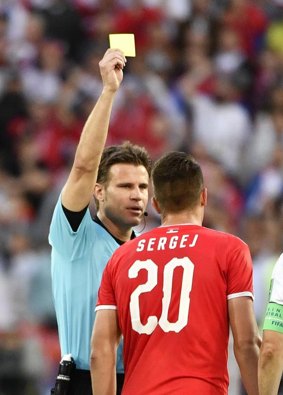 Sudija Feliks Brih pokazuje Aleksandru Mitroviću žuti karton jer je tražio jedanaesterac