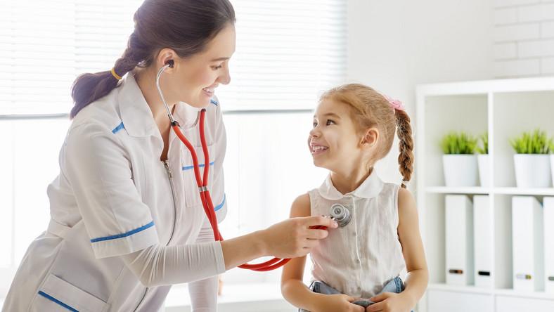 Lekarz bada dziecko