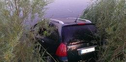 Auto wjechało do jeziora. Kierowca nie zaciągnął ręcznego