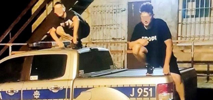 Skakali po radiowozie. Wrzucili zdjęcie na Facebooka. Teraz grozi im 5 lat więzienia