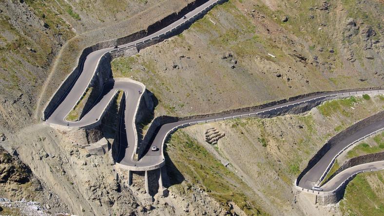 """Położona 2757 m n.p.m. - najwyższa przejezdna przełęcz we włoskich Alpach Wschodnich. 48 z 60 ostrych zakrętów powoduje, że najtrudniejszy jest podjazd na przełęcz z kierunku północno-wschodniego. Słaba widoczność samochodów nadjeżdżających z przeciwka na podjazdach sprawia, że ciągle trzeba być skoncentrowanym. Jeremy Clarkson w jednym z odcinków Top Gear określił ten pełen serpentyn podjazd jako """"najlepszą na świecie drogę do jazdy samochodem"""". Przejazd przez przełęcz często bywa jednym z etapów wyścigu kolarskiego Giro d'Italia."""