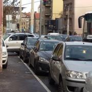 Nepropisno parkirani automobili u Takovskoj ulici