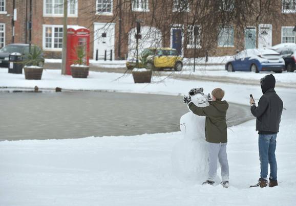 Deca prave sneška u Tisajdu