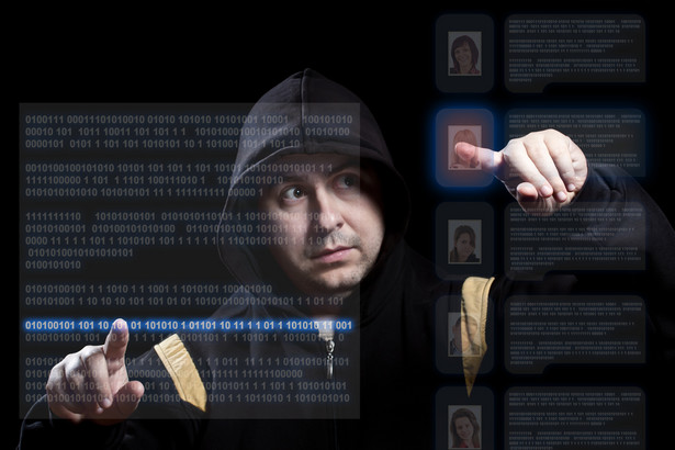 """Botnety Cyberprzestępcy coraz chętniej wykorzystują do ataków na nasze komputery tzw. botenty – duże grupy komputerów zainfekowanych złośliwym oprogramowaniem. Pojedyncze urządzenia należące do takiej sieci określane są mianem """"zombie"""", ponieważ użytkownicy tych komputerów zazwyczaj nie mają świadomości, że są one częścią ogromnej sieci wykorzystywanej przez przestępców do rozsyłania spamu, kradzieży wrażliwych danych czy też """"werbowania"""" kolejnych """"zombie"""". Z danych firmy Symantec wynika, że w 2013 roku 76 proc. światowego spamu rozesłały właśnie przez botnety. Największą siecią tego typu jest KELIHOS, który za pośrednictwem swoich """"zombie"""" rozsyła codziennie ponad 10 miliardów spamerskich e-maili."""