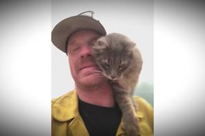 Spasao je mačku iz požara, a ona mu se zahvalila na DIRLJIV način (VIDEO)