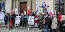 Kombatanci protestują pod magistratem