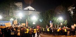 Protest przed Sejmem. Tłum krzyczy: wolne media