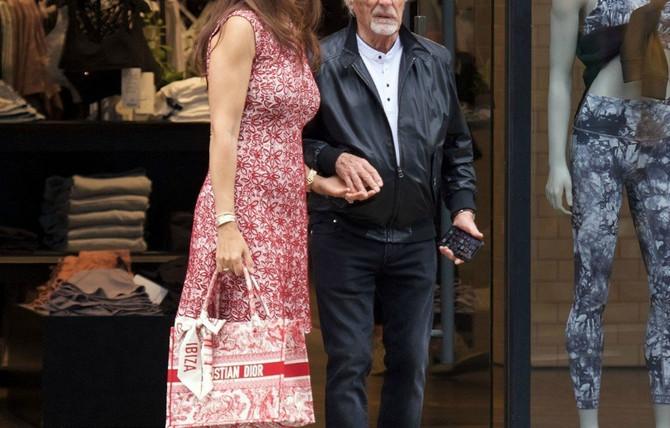 Najbogatiji Britanac prošetao sa 45 godina mlađom suprugom, a svi gledaju u jednu stvar