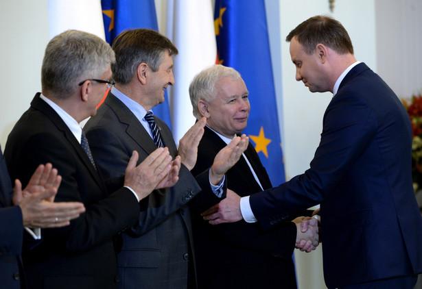 Prezes PiS Jarosław Kaczyński i prezydent Andrzej Duda podczas uroczystości w Pałacu Prezydenckim.
