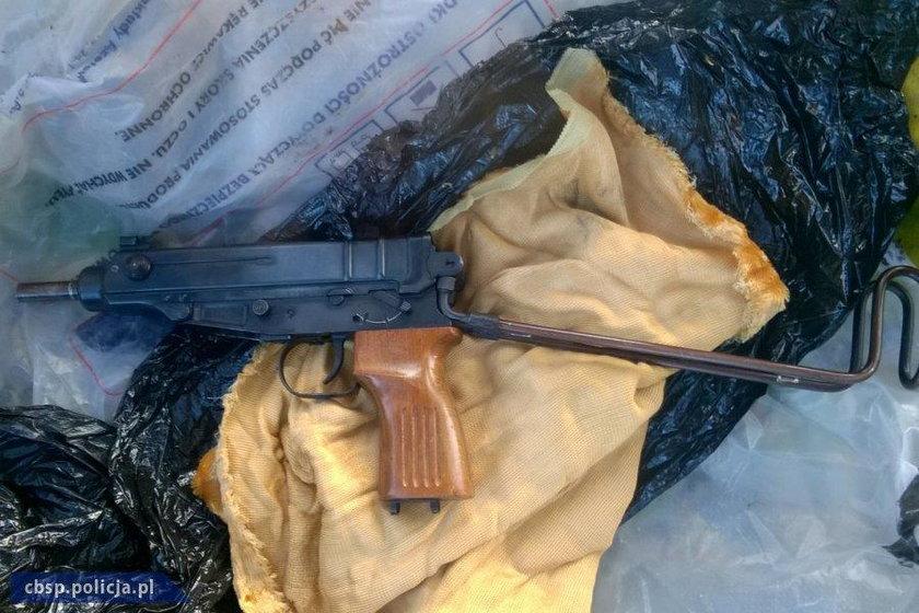 Na posesji pod Płońskiem gangsterzy ukryli m.in. pistolet maszynowy