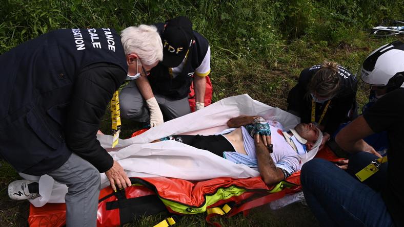 Pomoc udzielana jednemu z kolarzy podczas 1. etapu Tour de France