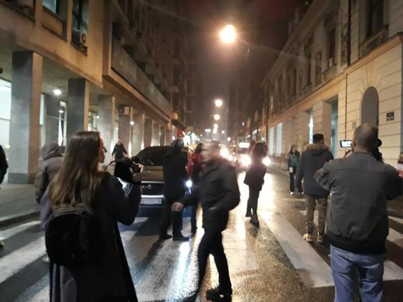 Učesnici protesta sami regulišu saobraćaj u ulicama kojima se kreću