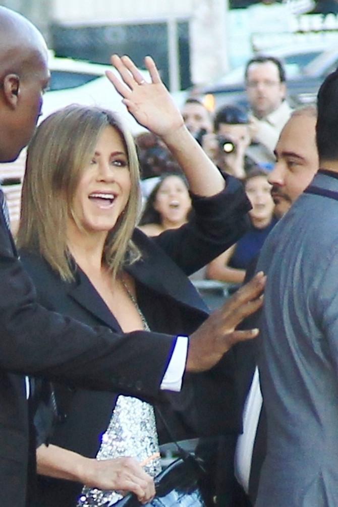 Dženifer Aniston pre nekoliko dana pred početka snimanja emisije Džimija Kimela u kojoj su se gledaoci podsetili tv hita iz devedesetih