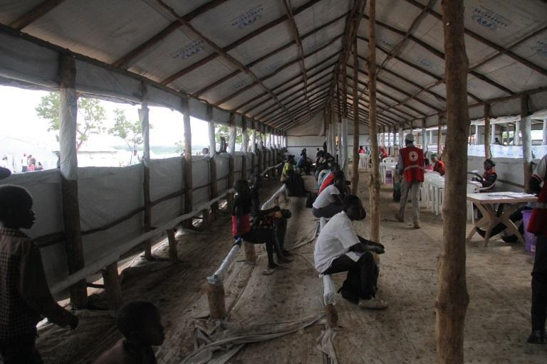 Poczekalnia w Imvepi, gdzie całymi dniami trwa rejestracja uchodźców z Sudanu Płd.