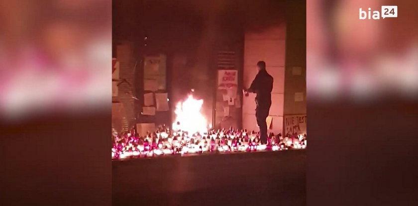 Pożar pod siedzibą PiS. Jest nagranie