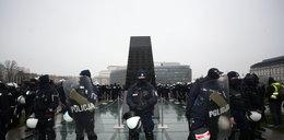 Awantura o wieńce pod pomnikiem smoleńskim. Prokuratura prowadzi postępowania ws. znieważenia monumentu
