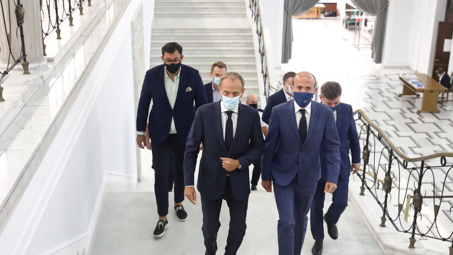 Pełniący obowiązki przewodniczący Platformy Obywatelskiej Donald Tusk i wiceprzewodniczący Platformy Obywatelskiej Borys Budka w drodze na posiedzenie klubu Koalicji Obywatelskiej