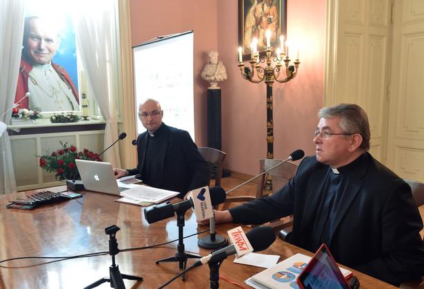 Ekonom Archidiecezji Krakowskiej ks. Wojciech Olszowski oraz rzecznik prasowy Archidiecezji Krakowskiej ks. Piotr Studnicki podczas konferencji.