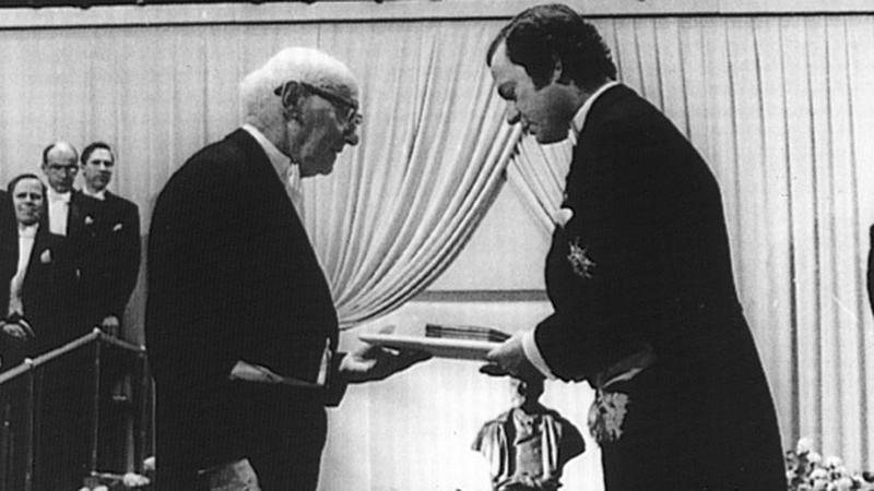 Isaac Bashevis Singer przyjmuje Nagrodę Nobla z rąk Karola Gustawa