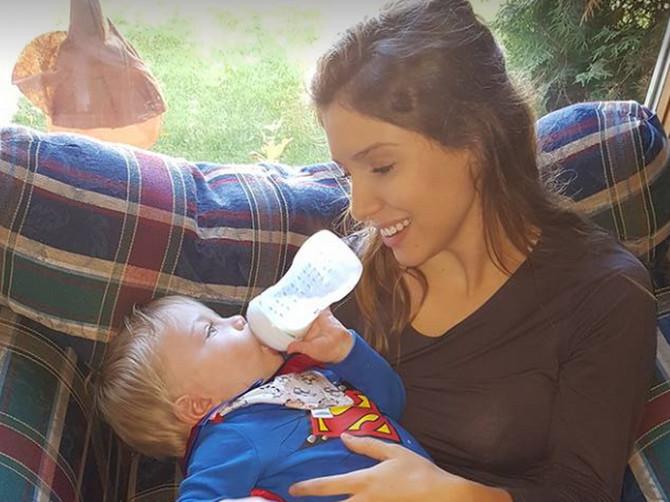 Zbog ove fotke rekli su joj da je NEODGOVORNA MAJKA PREPUNA SEBE, a učinila JE sve da njena beba bude srećna! Da li i vi mislite da GREŠI?
