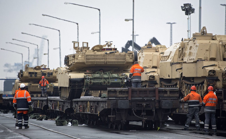 Wyładunek sprzętu amerykańskiej brygady w niemieckim porcie Bremerhaven