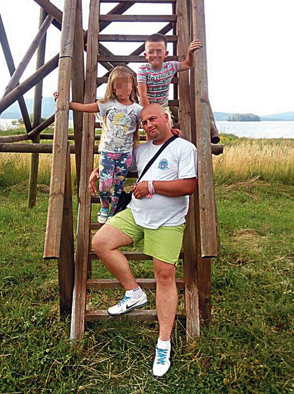 Otac Vasilije Stojković iz Velike Plane sa sinom Veljkom (11) i ćerkom Natalijom (8)