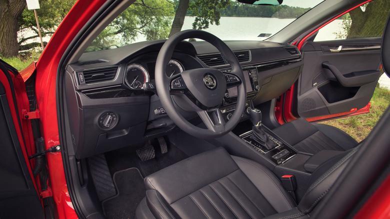 Skoda Superb to eleganckie auto, które świetnie sprawdza się też podczas rodzinnych wyjazdów. Bogato wyposażona wersja z mocnym silnikiem kosztuje niecałe 170 000 zł - to rozsądna oferta.