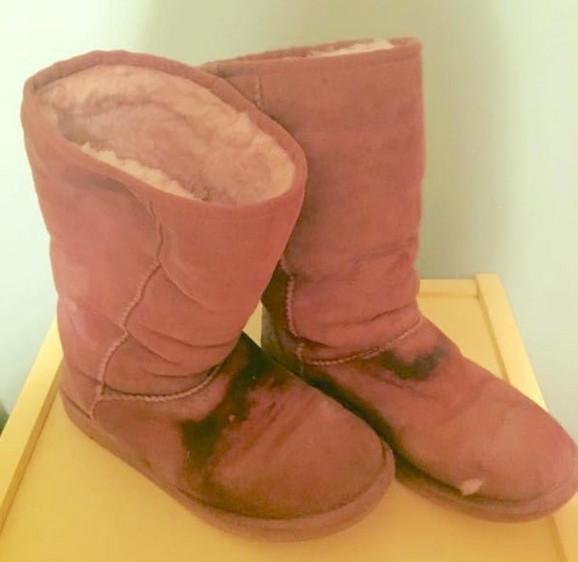 Čizme koje je beskućnica dala Keli bile su mokre i iznošene
