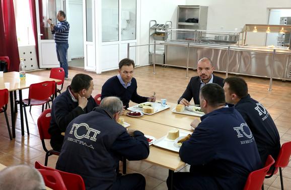 Gradonačelnik Mali i zamenik Milosavljević u menzi sa radnicima